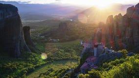 Überraschungsansicht von Meteora-Tal bei Sonnenuntergang, Strahlen, die über Felsen und über Rousanou-Nonnenkloster und monast St stock video footage