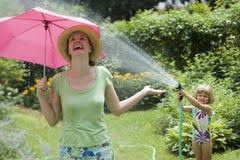 Überraschungswasserspaß im Garten Stockbild