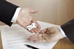 Überreichen der Haustasten Lizenzfreies Stockbild