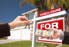 Überreichen des Bargeldes für Haus-Tasten Lizenzfreie Stockfotos