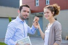 Überreichende Schlüssel der Immobilienagentur Stockbild