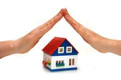 Überreicht ein kleines Haus Stockfoto