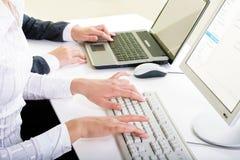 Überreicht Tastaturen Stockfoto