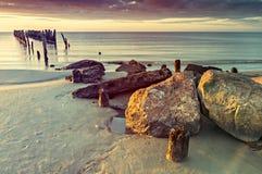 Überreste des alten gebrochenen Piers, Ostsee, Lettland lizenzfreies stockbild