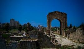 Überreste des Friedhofs und des Bogens im alten Spaltenaushöhlungsstandort im Reifen, der Libanon stockfotografie