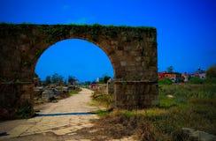 Überreste des Friedhofs und des Bogens im alten Spaltenaushöhlungsstandort im Reifen, der Libanon stockbild