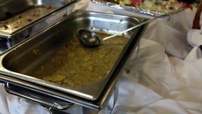 Überreste des Lebensmittels auf dem Tisch gedient stock video