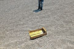 ?berreste einer Holzkiste, die den Strand verschmutzt lizenzfreies stockbild