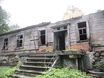 Überreste eines alten Holzhauses Stockfotos