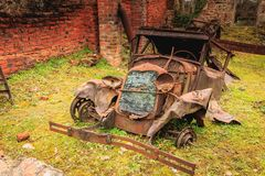 Überreste eines gebrannten Autos blieben im Zustand stockfotos