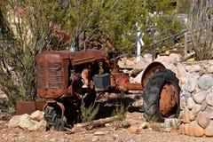 Überreste eines junked Traktors in der Bürste Stockbilder