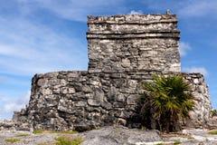 Überreste eines Mayagebäudes bei Tulum lizenzfreie stockbilder