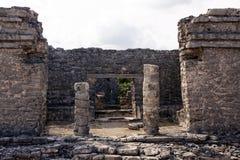 Überreste eines Mayaportals bei Tulum lizenzfreies stockfoto