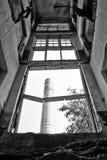 Überreste eines zerstörten Fabrikgebäudes lizenzfreie stockbilder