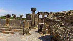 Überreste von antiken Spalten, von Treppe und von Altaren der alten Kathedrale, Armenien stock video