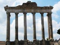 Überreste von Romano Tempio di Saturno in foro Schöne alte Fenster in Rom (Italien) lizenzfreie stockbilder
