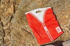 Überschüssige Plastiktasche, die in Trinkwasser schwimmt lizenzfreies stockbild