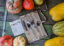 Überschüssige Tischbesteckausrüstung des Portable null mit Weinleseherbst-Arthintergrund stockfoto