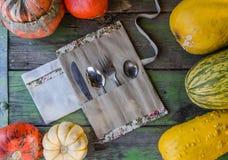 Überschüssige Tischbesteckausrüstung des Portable null mit Weinleseherbst-Arthintergrund stockfotografie