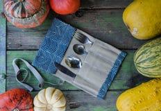 Überschüssige Tischbesteckausrüstung des Portable null mit Weinleseherbst-Arthintergrund stockfotos