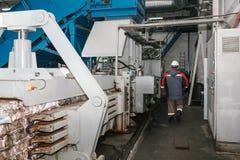 Überschüssige Verarbeitungsanlage Technologischer Prozess Geschäft für das Sortieren und die Verarbeitung des Abfalls lizenzfreies stockfoto