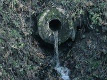 Überschüssige Wasserströme von der Quelle Verschmutzung der natürlichen Umwelt Lizenzfreies Stockfoto