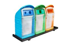 Überschüssiger Behälter, Abfall mit drei bunter Papierkörben Plastik, mehrfarbige Abfall-Abfalleimer, Wiederverwertungs-Behälter, stockfotografie
