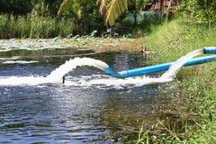 Überschüssiger Wasserstrom von der Wasserleitung Stockfoto