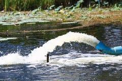 Überschüssiger Wasserstrom von der Wasserleitung Lizenzfreies Stockbild