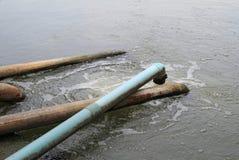 Überschüssiger Wasserstrom von der Wasserleitung Lizenzfreie Stockbilder
