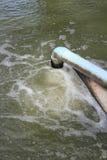 Überschüssiger Wasserstrom von der Wasserleitung Stockfotos