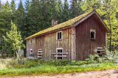Überschüssiges Bauernhaus im schwedischen Waldland Stockbild
