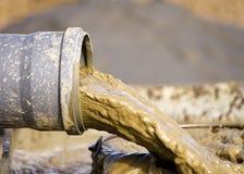 Überschüssiges Fließen des Schlammes vom Rohr Stockfotos