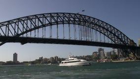 Überschreiten durch die Hafenbrücke gefilmt von einer Fähre stock footage