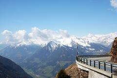 Überschreiten Sie in die italienischen Alpen Stockfotos