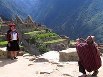 Überschreiten Sie durch die Ruinen von Machu Pichu lizenzfreie stockfotos