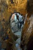 Überschreiten Sie in eine Höhle Stockbilder