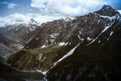 Überschreiten Sie mit dem Gletscher und dem grünen Gras Fann Mountains tajikistan Stockbilder