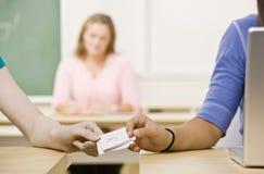 Überschreitene Anmerkungen der Kursteilnehmer im Klassenzimmer Lizenzfreies Stockfoto