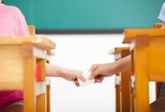 Überschreitene Anmerkungen der Studenten im Klassenzimmer stockfoto
