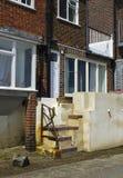 Überschwemmen Sie Präventionsmassnahmen an Ort und Stelle im Küstendorf von Bosham auf der Südküste von England, das in der konst Stockfotos
