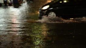 Überschwemmen Sie Straße am Nachtniederschlag mit Autos als Hintergrund stock footage