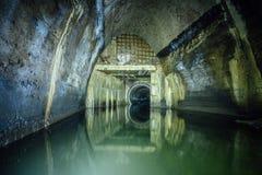Überschwemmt durch Abwasserabwasserkollektor Abwasserkanaltunnel unter Stadt Stockfotografie