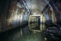 Überschwemmt durch Abwasserabwasserkollektor Abwasserkanaltunnel unter Stadt Stockfoto