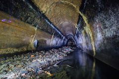 Überschwemmt durch Abwasserabwasserkollektor Schmutziger Abwasserkanaltunnel unter Stadt Stockfoto
