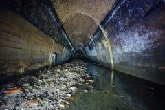 Überschwemmt durch Abwasserabwasserkollektor von Untertagefluß Stockbilder