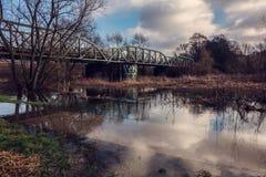 Überschwemmte alte Eisenbahnbrücke Stockbild
