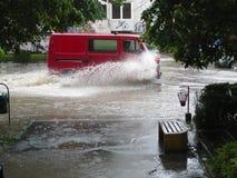 Überschwemmte die Straßen der Stadt Lukavac Stockfotos