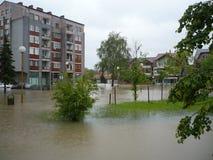 Überschwemmte die Straßen der Stadt Lukavac Lizenzfreies Stockfoto
