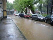 Überschwemmte die Straßen der Stadt Lukavac Lizenzfreies Stockbild